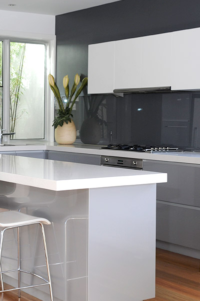 VMDesign clean white and grey kitchen